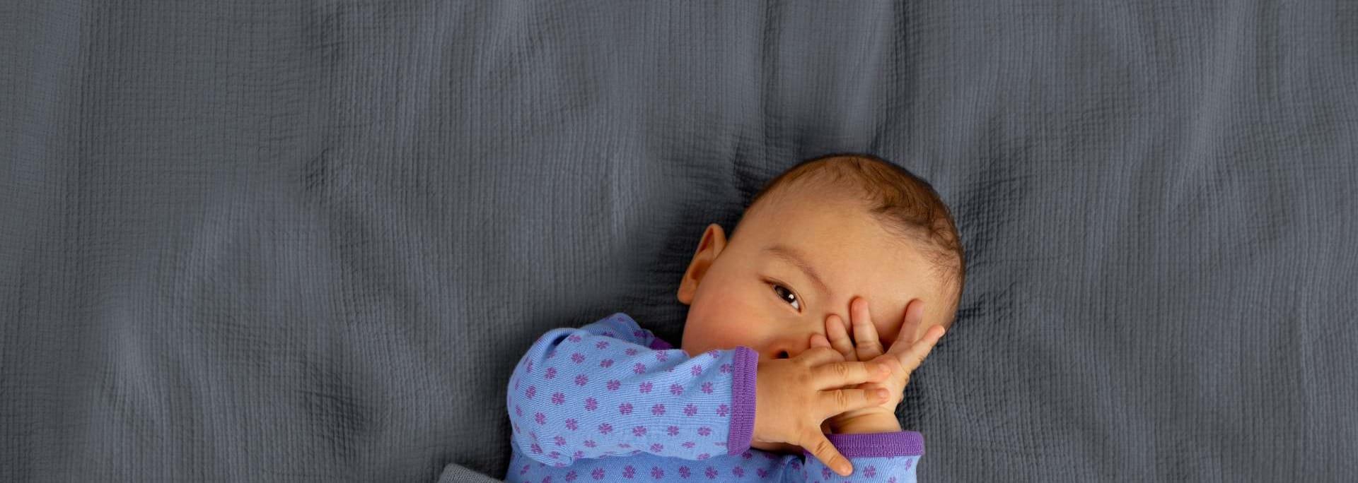 Barn ligger i säng med pyamas