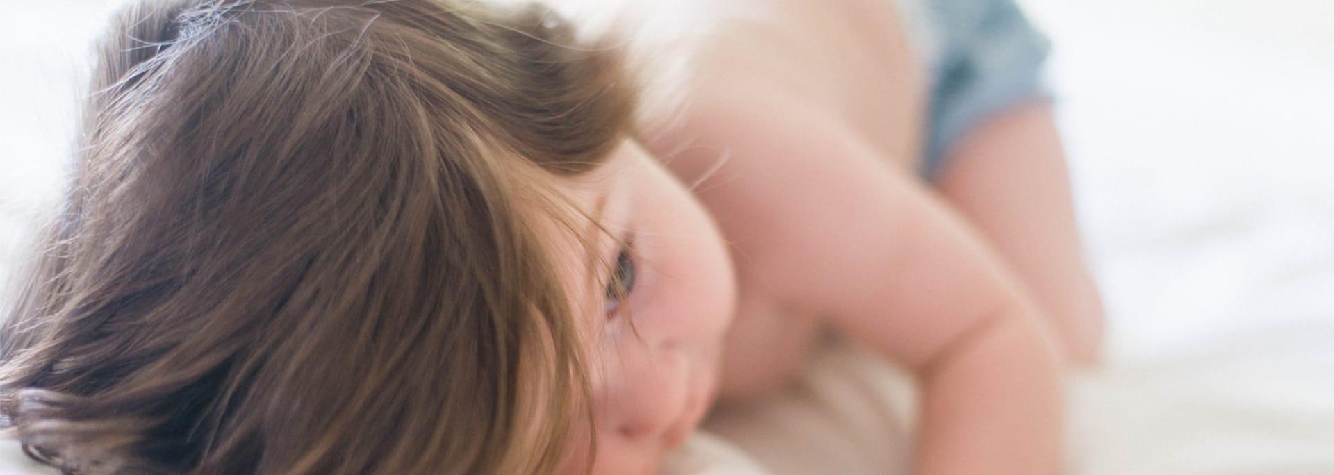 Barn som vilar med huvudet på ett lakan