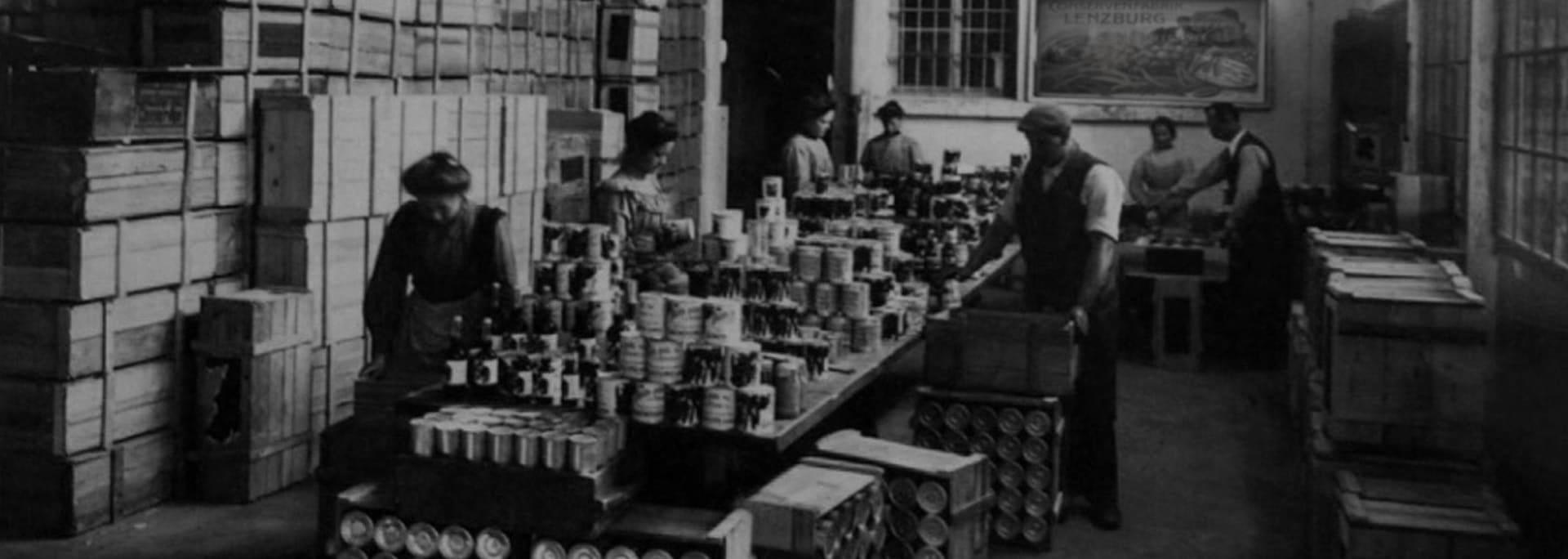 Die Erbsendosen werden in der alten Fabrik abgefüllt