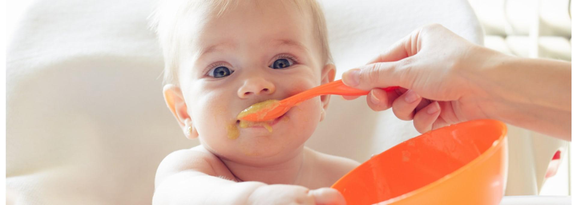Bebé de 10 meses comiendo