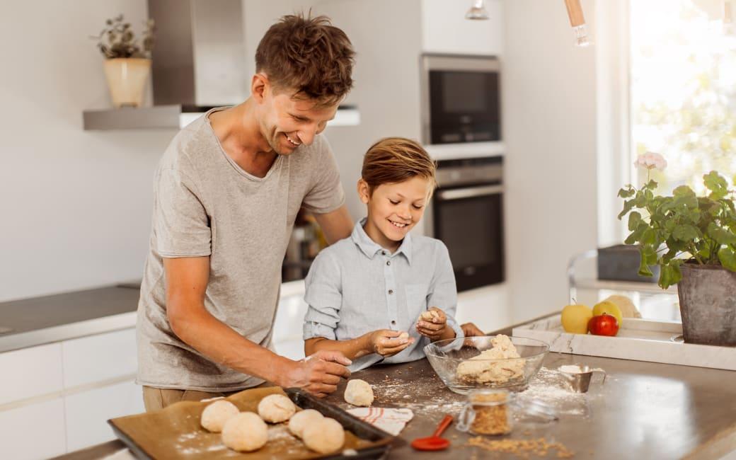 Familj bakar glutenfritt bröd med Semper mjölmix