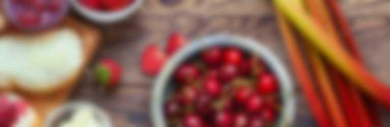 Table de petit dejéuner avec cerises