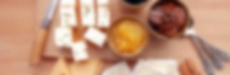 Aprikosen-Konfi-Chutney serviert mit Käse Allerlei