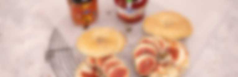 Cheesecake Bagels mit Hero Delicia Erdbeer-Rhabarber und Hero Honig