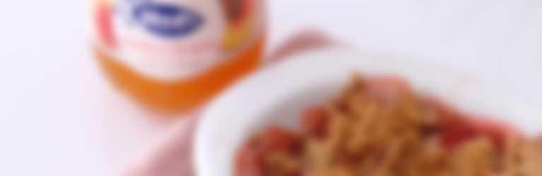 Delicioso crumble con confitura de melocotón y fresas frescas