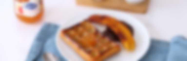 Gofres con chocolate negro y confitura de melocotón