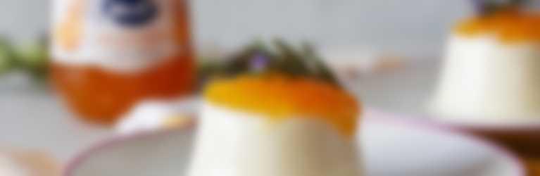 Pannacota de romero con confitura de albaricoque