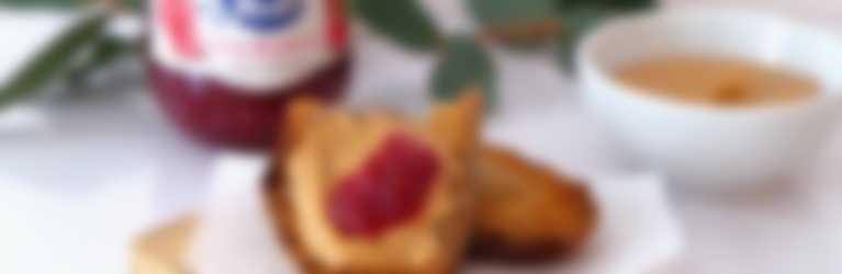Tostadas con mantequilla de cacahuetes y confitura de frambuesas