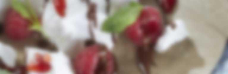 Pavlova: dessert di meringa con menta e confettura Hero Fragole di Stagione