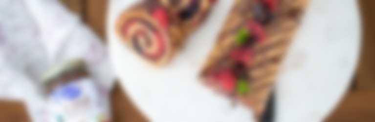Le Cacao Biskuitrolle mit frischen Beeren