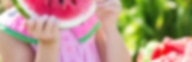 Niña comiendo sandía, un aperitivo para fiesta infantil saludable