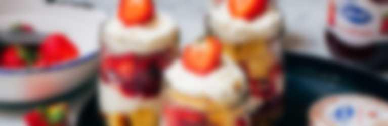 Zomerse aardbeien trifle met aardbeienjam