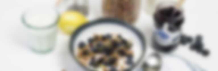 muesli yoghurtbowl met bosbessenjam
