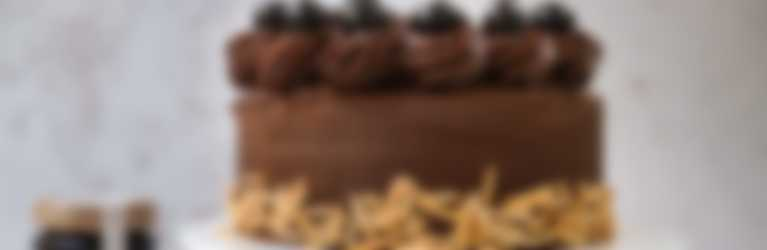 Chocolade taart met ganache en kersen