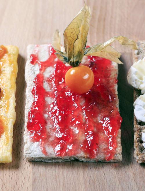 Brötchen mit Brie und Aprikosen-Konfitüre