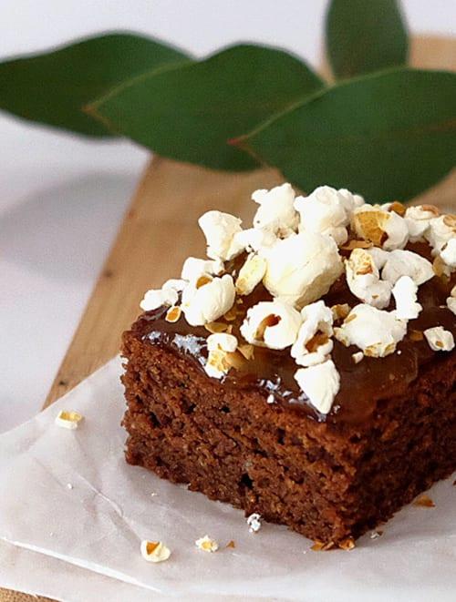 Brownie con confitura de albaricoque y palomitas de maíz