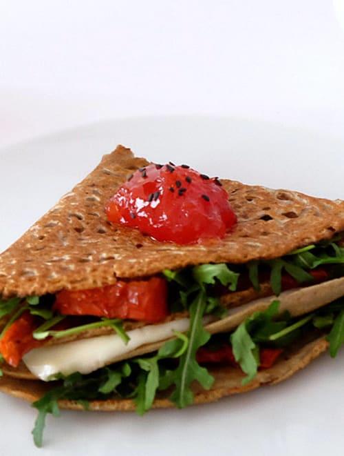 Crepes de sarraceno con queso de cabra, rúcula y confitura de tomates