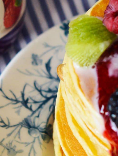 Tortitas con fruta y confitura de frambuesas