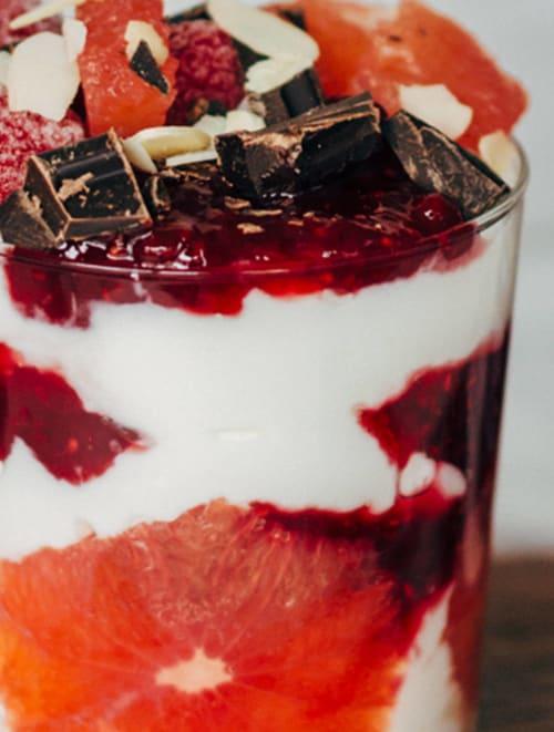 Vasito de yogur, mermelada de Temporada de frambuesas, pomelo y chocolate negro
