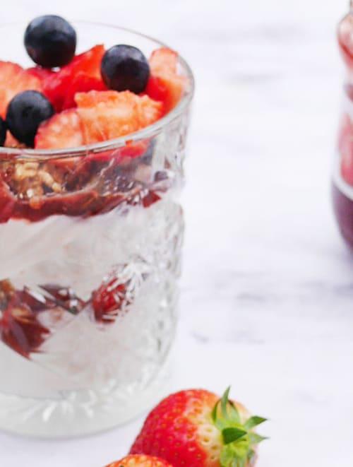Ontbijt trifle met aardbeienjam
