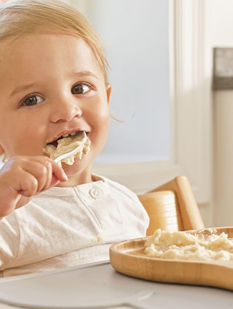 Barn äter Sempers Oat Bowl vid frukostbordet