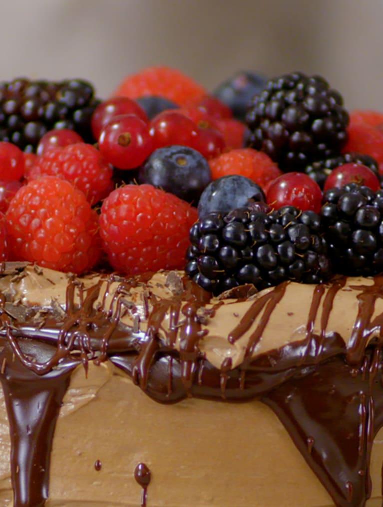 Glutenfri chokladtårta med hallon och blåbär