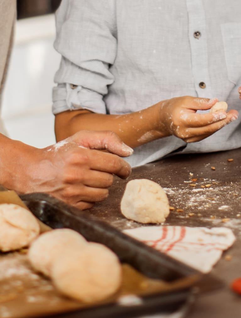 Pappa och son bakar glutenfritt bröd