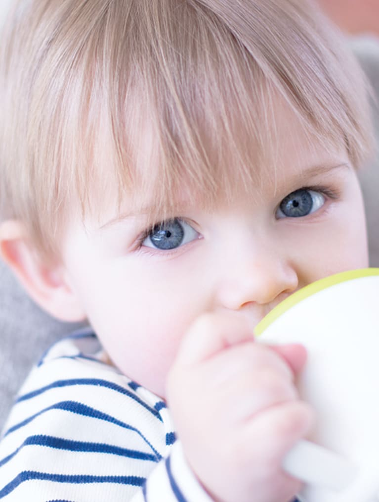 Header Baby - baby drinking from cup