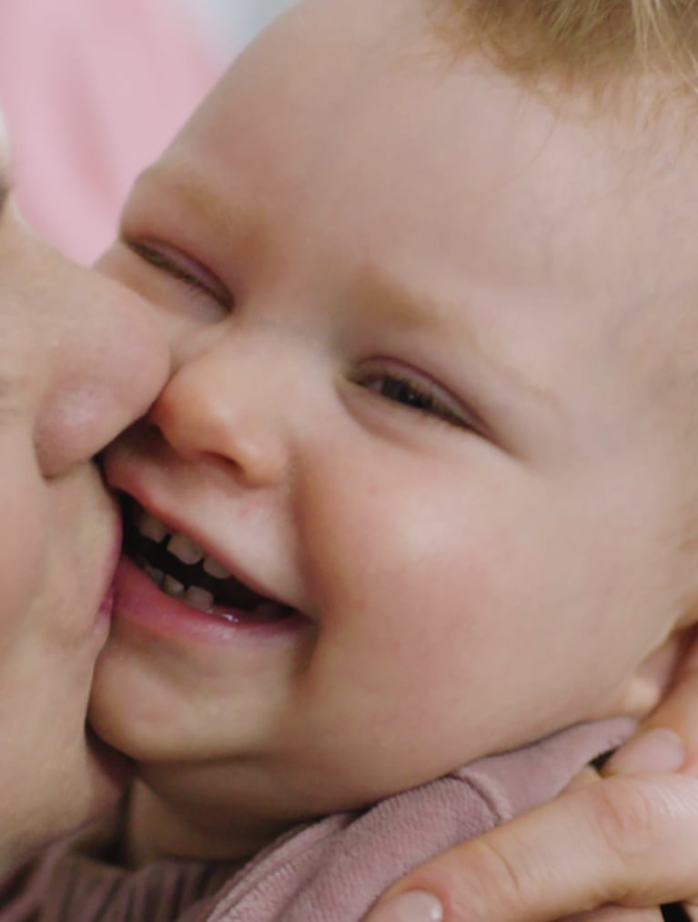 Header Baby - mother kissing baby