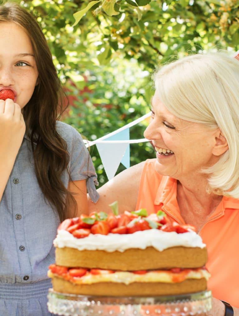 Tårtkalas med glutenfri tårta en solig sommardag