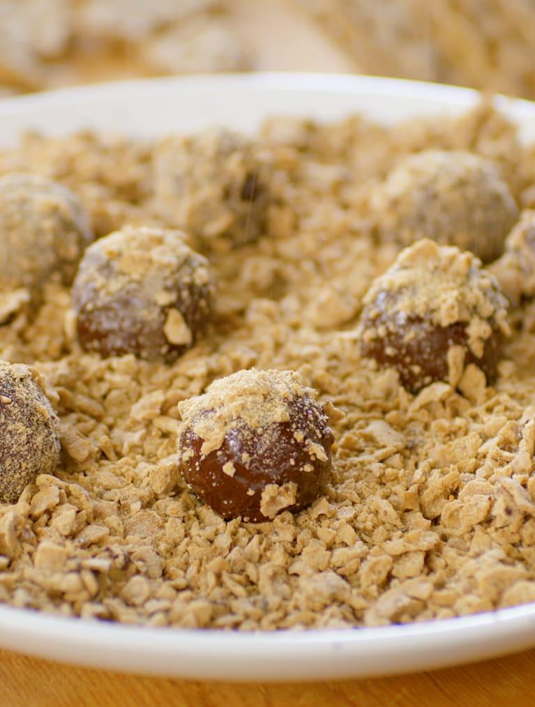 Glutenfria chiaknäckebollar på ett fat