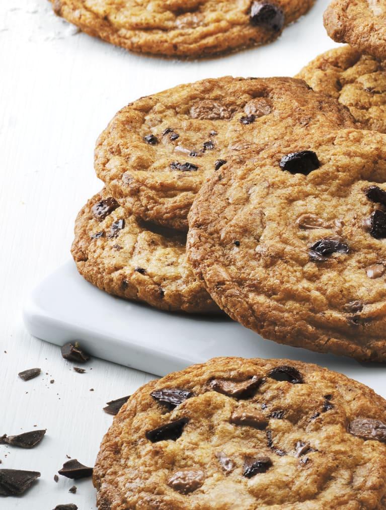 Glutenfria chocolate chip cookies ligger på en rad