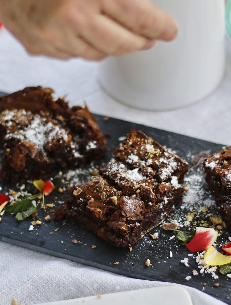 Glutenfria brownies ligger på ett fat