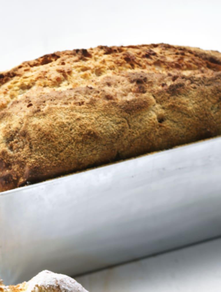 Glutenfritt formbröd i en form ståendes på ett bord