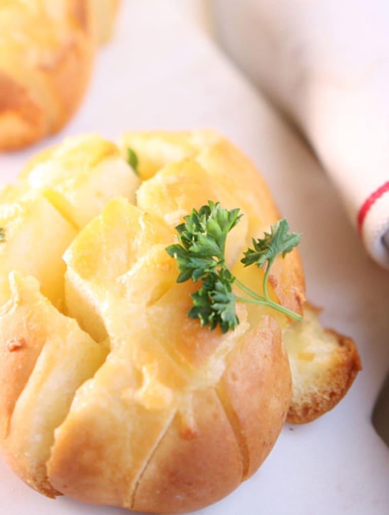 Glutenfritt vitlöksbröd toppat med persilja