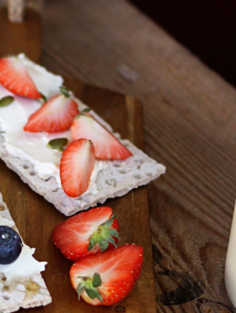 Glutenfri havremjölk i glasflaska med sugrör