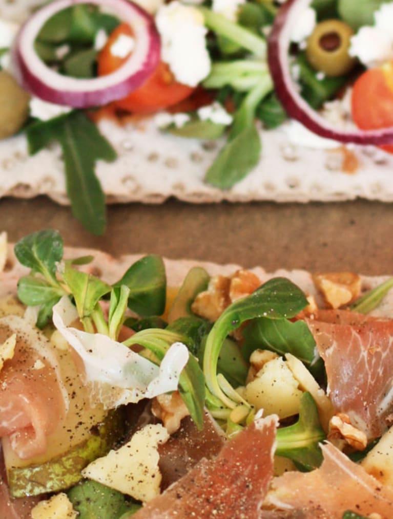 Glutenfri knækbrødspizza med to slags fyld