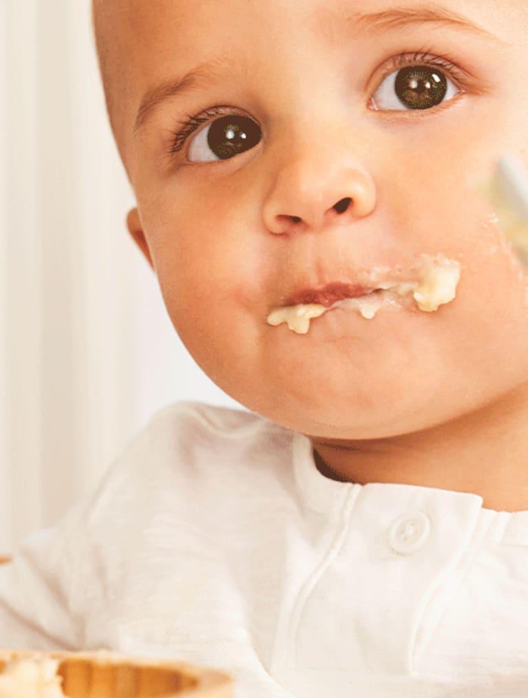 Baby der spiser grød