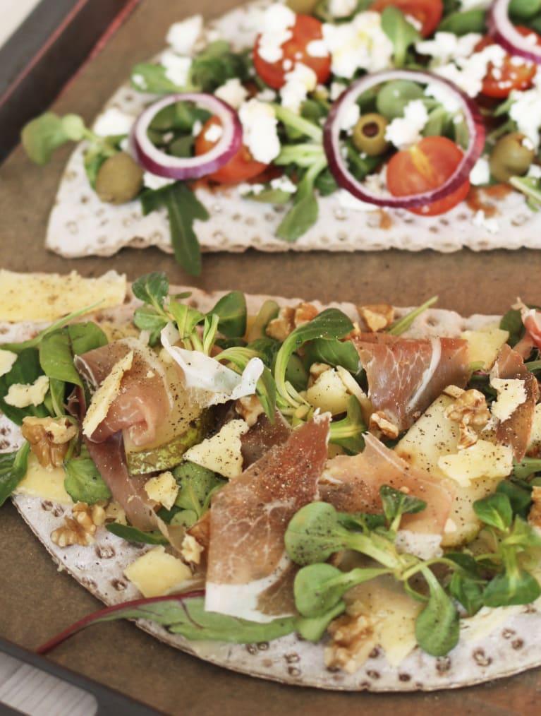 Glutenfri knäckebrödspizza med två olika toppings