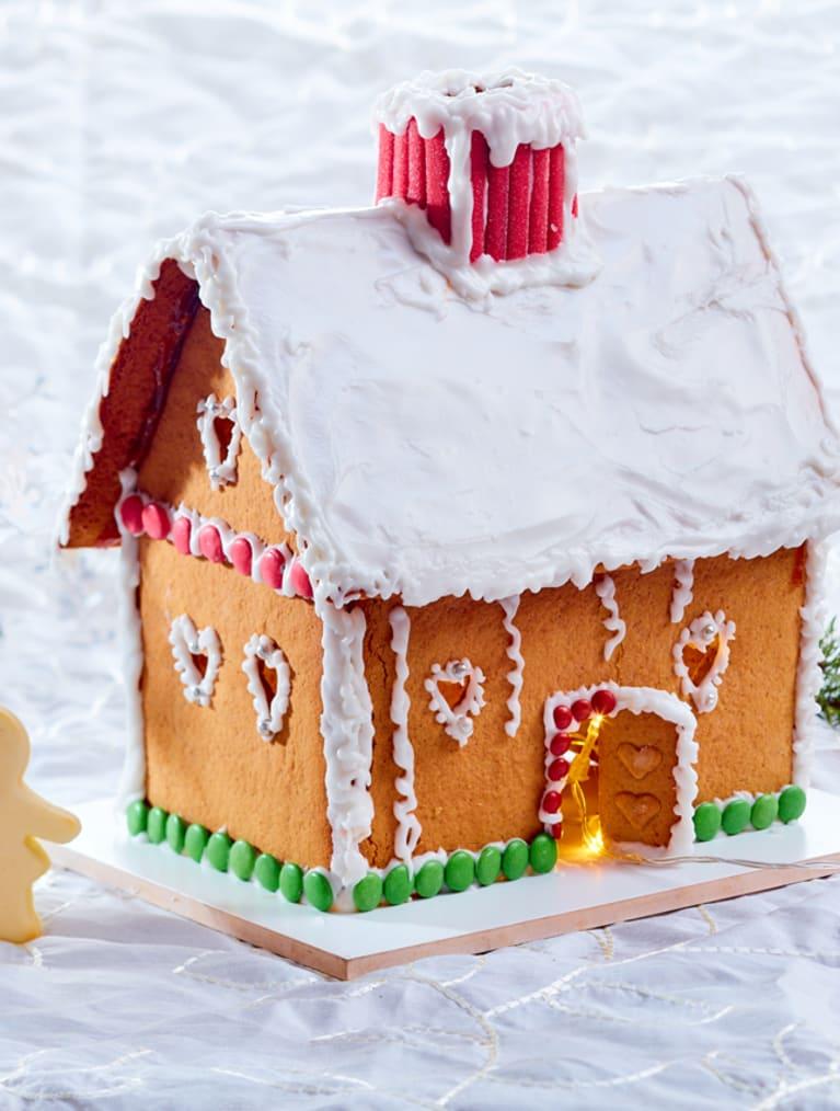Glutenfritt pepparkakshus med vit glasyr på taket