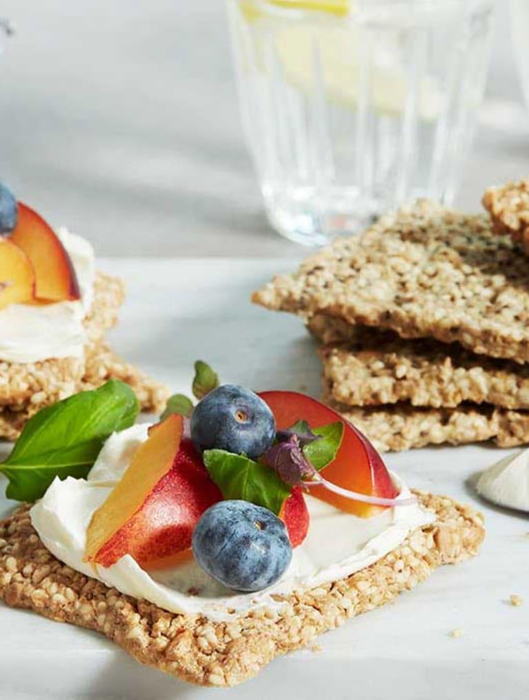 Siemennäkkileipiä, tuorejuustoa, aprikoosia ja mustikoita