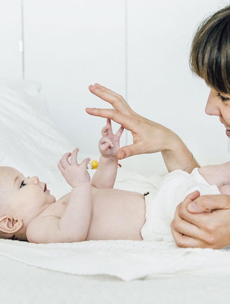 Bebis och mamma leker