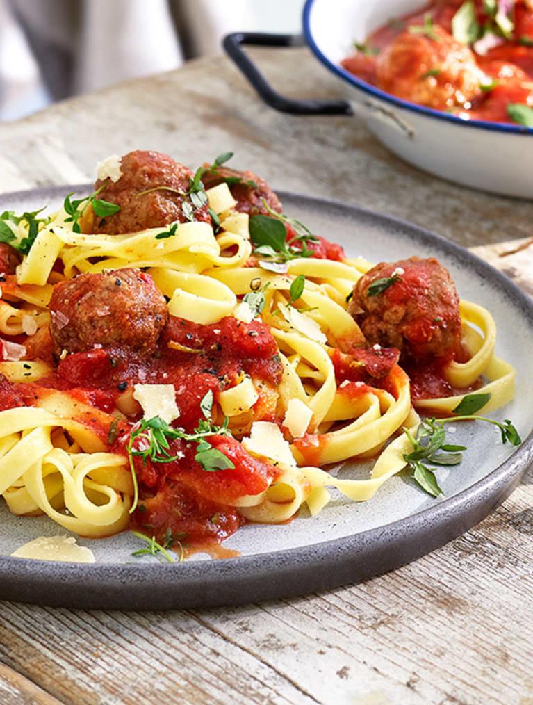 Glutenfri tagliatelle med tomatsås & köttbullar