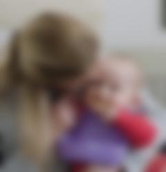 Mamma och baby med lila haklapp