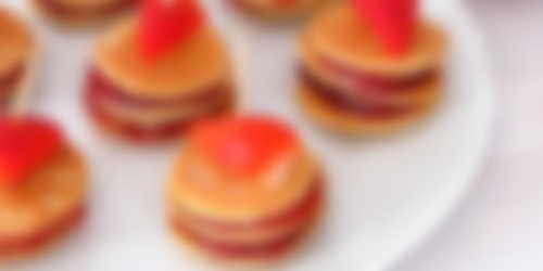 Mini pancakes de plátano con confitura de fresas