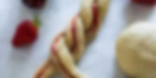 Bereiding_2_Eefkooktzo_Zachte vlechtbroodjes met aardbei_2400x1200.jpg
