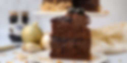 Stuk chocolade taart met ganache en kersen
