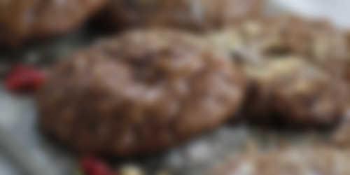 Glutenfria chokladkakor toppade med nötter & choklad
