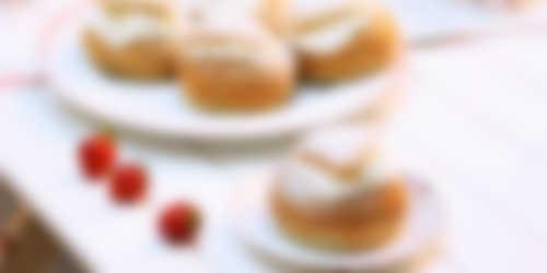 Glutenfria semlor på serveringsfat, bakade med Semper mjölmix