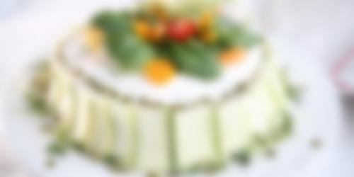 Glutenfri smörgåstårta med grön garnering